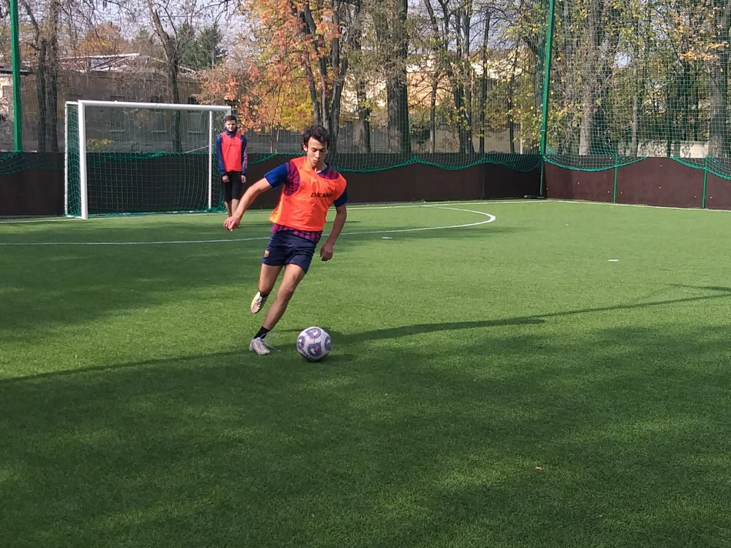 «Футбол прост, но гораздо сложнее играть в простой футбол.» ―Йохан Кройф